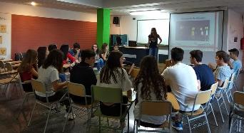 Alumnat de l'IES Joan Fuster li pega la volta a les lletres del reggaeton per a promoure la igualtat