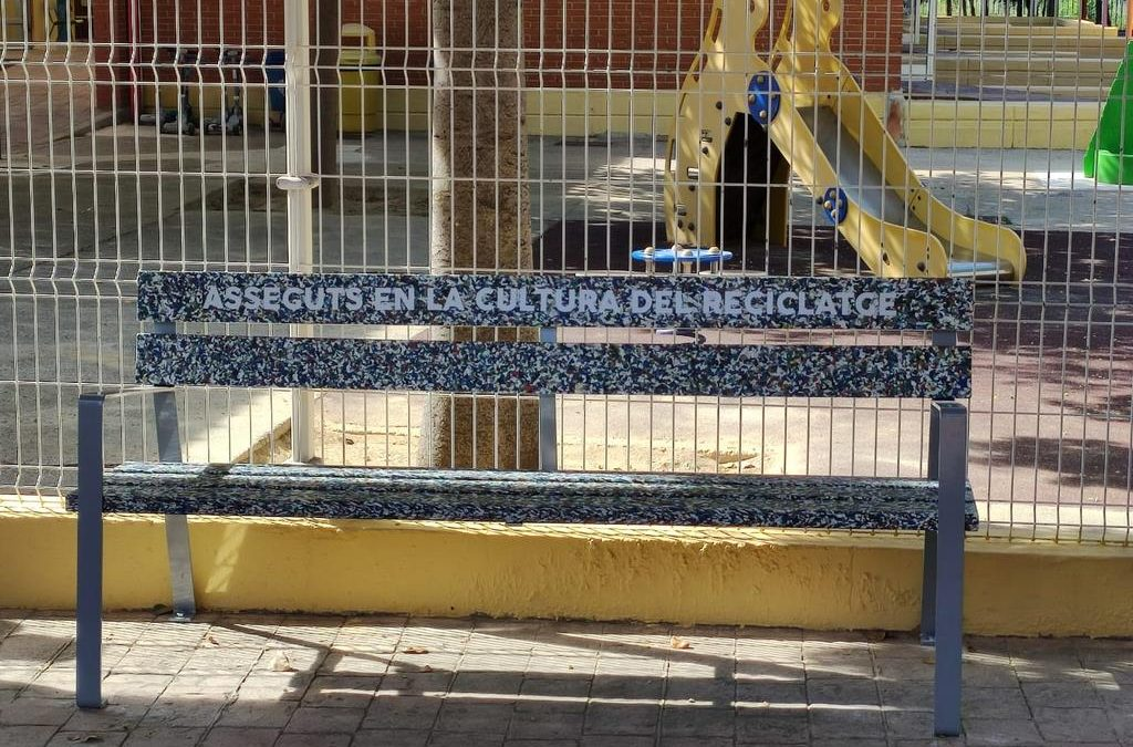 La inauguració del Banc de la Sostenibilitat culmina el projecte de foment del reciclatge al CEIP Gregori Mayans i Ciscar